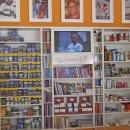 Regal mit Produkten zum Verkauf - Shelf with products for selling